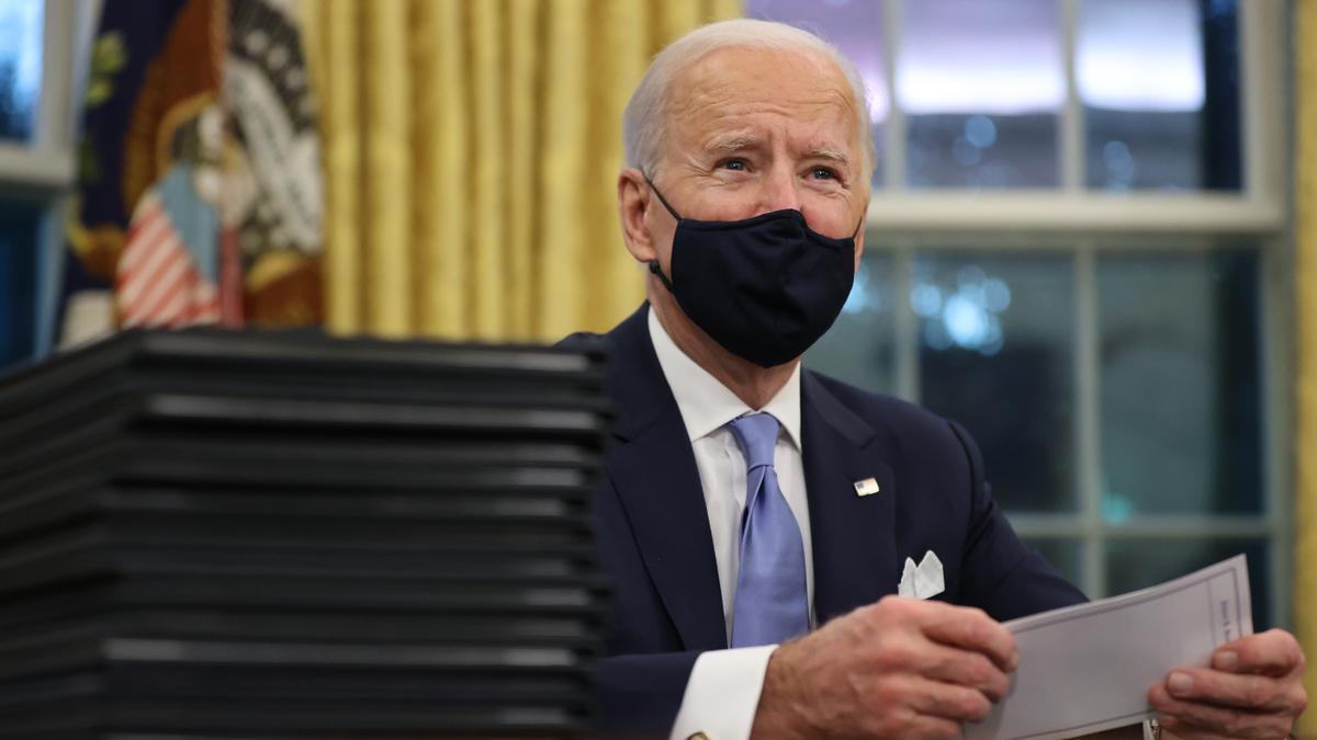 El flamante presidente de Estados Unidos Joe Biden firma decretos