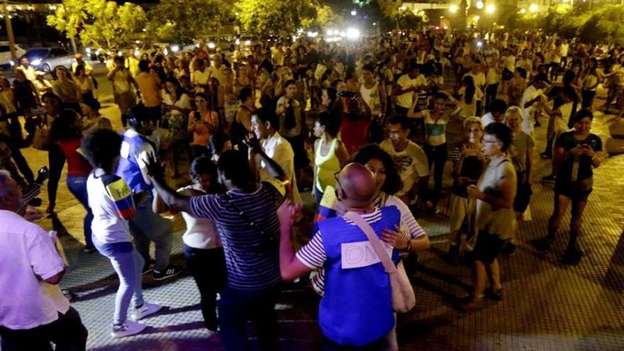 Colombianos bailan por la paz tras el polémico festejo de observadores y las FARC