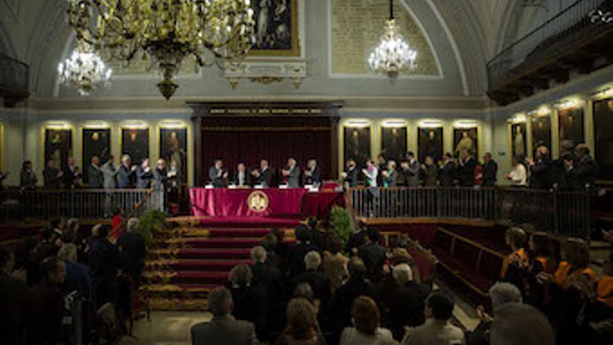 El paranimf durant l'acte de la medalla de la Universitat de València a Joan F. Mira.