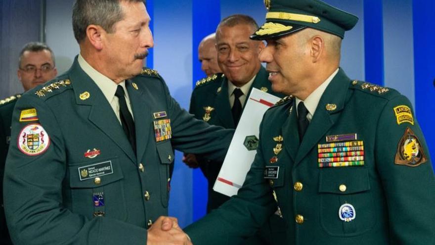 Fotografía cedida por la Presidencia de Colombia que muestra al general Eduardo Zapateiro (d) mientras saluda al general Nicasio Martínez (i), este viernes en Bogotá (Colombia).