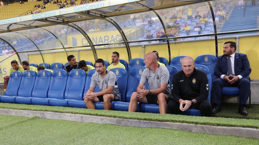 Pepe Mel en el banquillo local del Estadio de Gran Canaria.