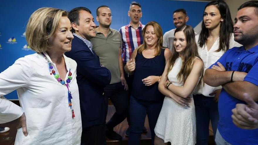 La cabeza de lista de Coalición Canaria al Congreso por Santa Cruz de Tenerife, Ana Oramas (i) y el número dos, José Manuel Bermúdez (2i), momentos antes de atender a los medios de comunicación en el que hicieron balance de la campaña del 26J