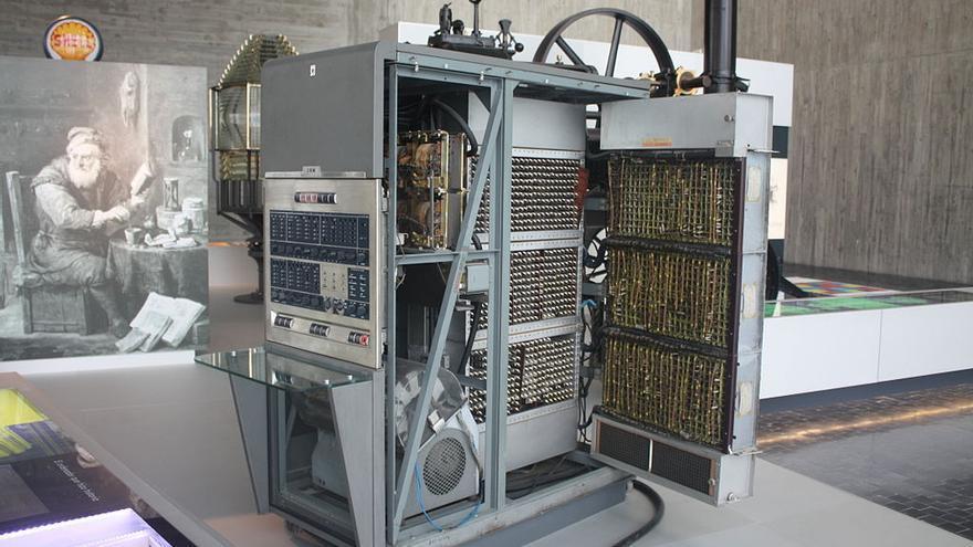 El IBM 650, el primer ordenador que llegó a España, se expone en la sede coruñesa del MUNCYT