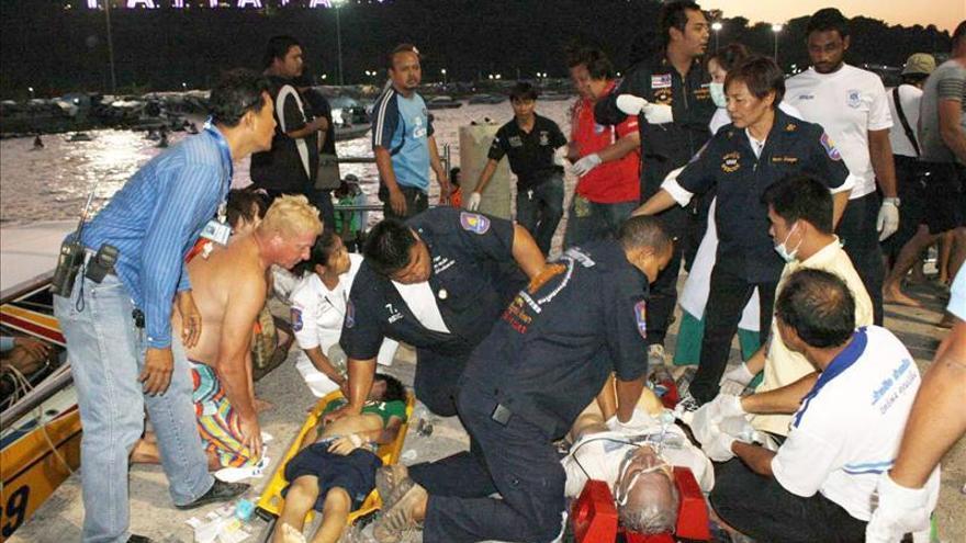 Al menos seis muertos al hundirse un barco con turistas en Tailandia