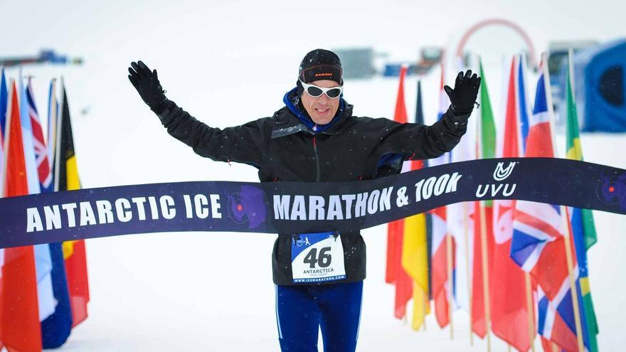 Paul Webb ganando el Antarctic Ice Marathon 2015 (© Antarctic Ice Marathon).