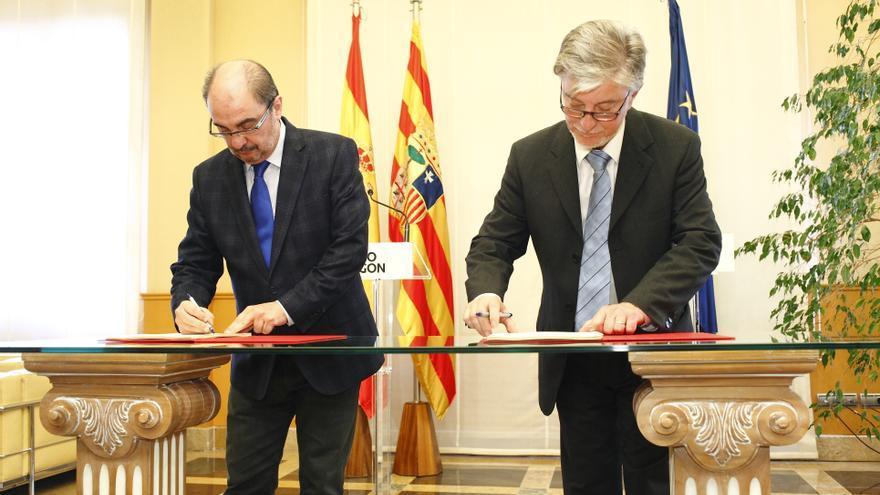 El presidente de Aragón, Javier Lambán, y el alcalde de Zaragoza, Pedro Santisteve, firman la Ley de Capitalidad