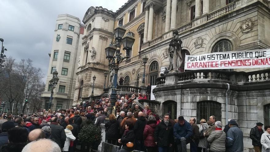 """Un millar de jubilados se concentran en Bilbao para reclamar unas pensiones """"dignas"""""""