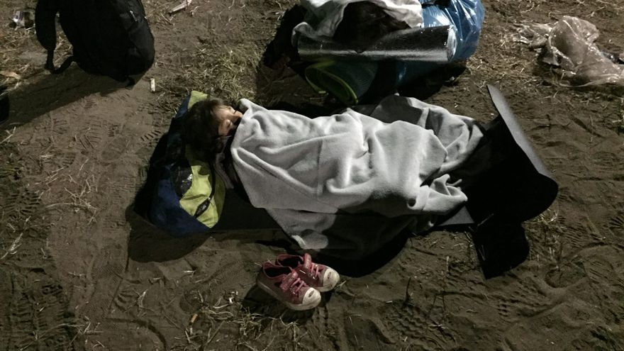 Un niñor refugiado duerme a la intemperie a las puertas de un campo de refugiados cerca de la frontera de Hungría con Serbia | Olga Rodríguez