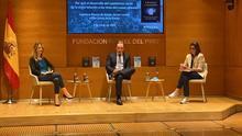Álvarez de Toledo, Lacalle y la periodista Pilar García de la Granja, este jueves, en Madrid.