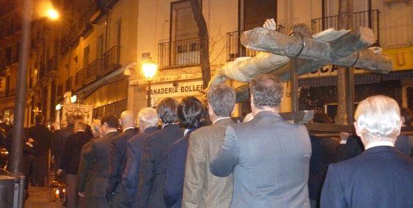 El Vía Crucis comenzó a las 20 horas, canto de mujeres y olor a incienso para una marcha solemne   Foto: A.P