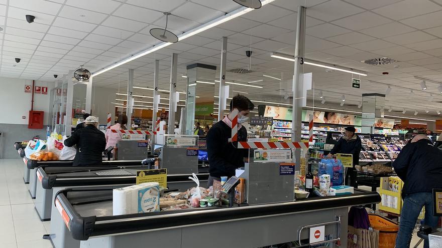 Caja de un supermercado de Consum durante la pandemia