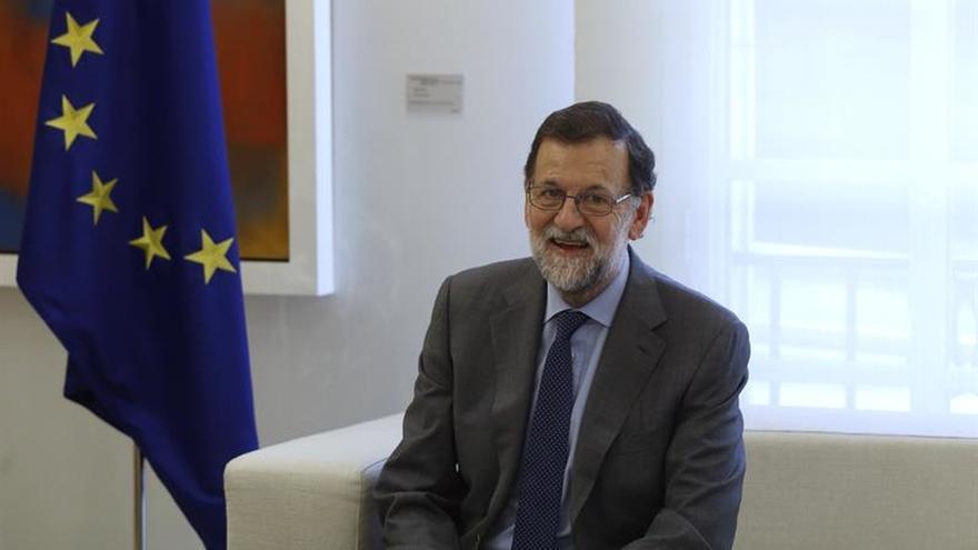 Rajoy desea una feliz jornada de Sant Jordi con una recomendación literaria