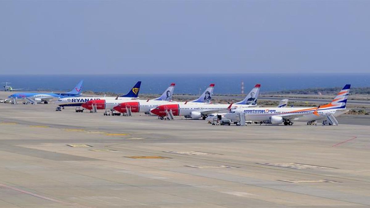 Aviones esperando en pista de un aeropuerto canario