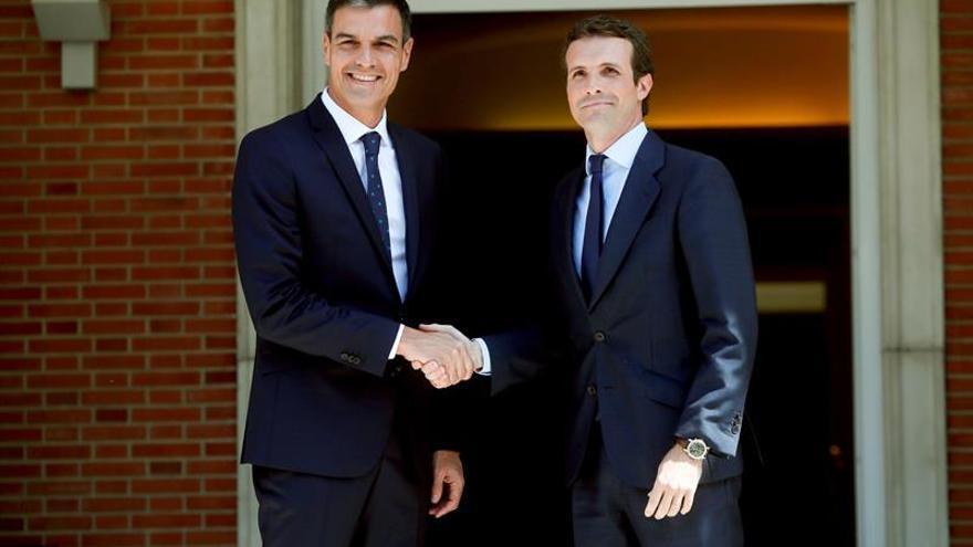 Imagen de la reunión mantenida por Sánchez y Casado en la Moncloa en agosto.