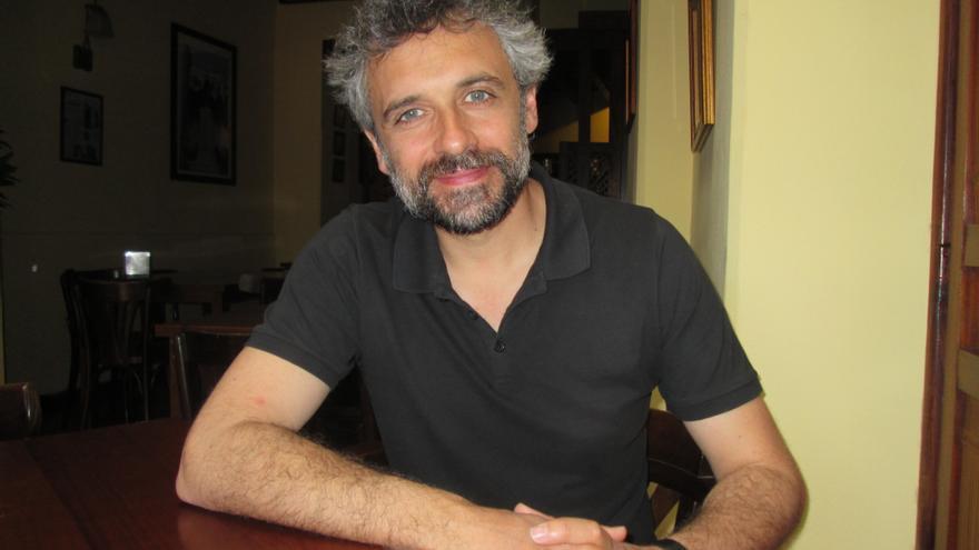 Pau Durá, este lunes, en una cafetería de Santa Cruz de La Palma. Foto: LUZ RODRÍGUEZ.