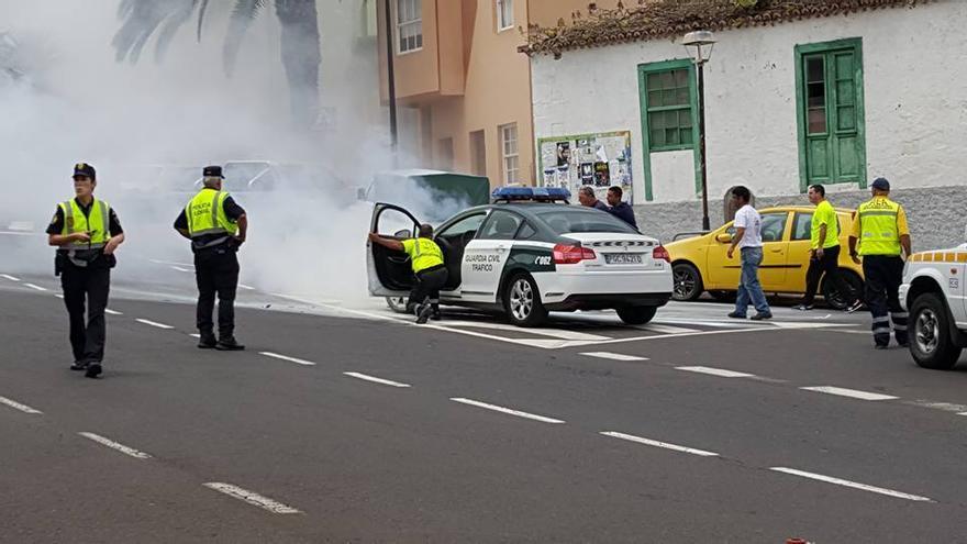 En la imagen, el vehículo incendiado. Foto: ANTONIO GARCÍA POMBROL.