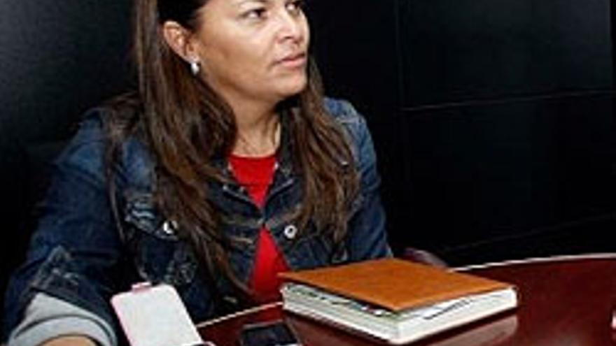Araceli Armas con sus dos teléfonos móviles.