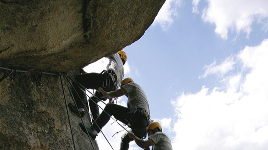 El escalador actúa de de manera instintiva ante una caída inesperada. REACCIÓN - VISUALIZACIÓN - COLOCACIÓN.