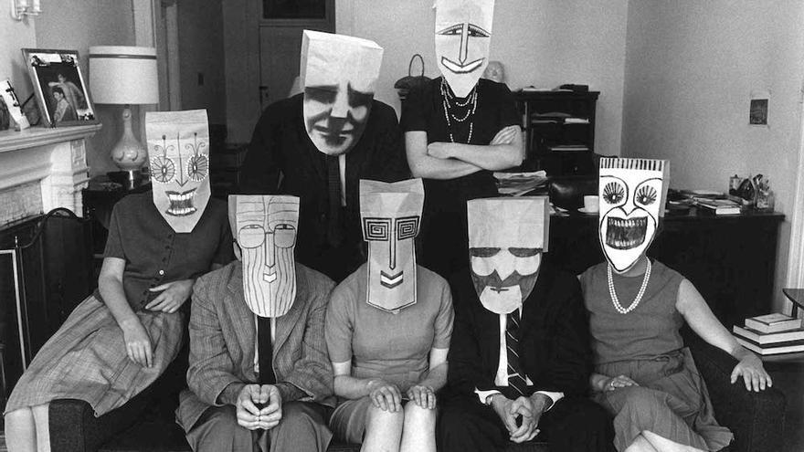 De 'Mask Series with Saul Steinberg' - Inge Morath ca. 1960.