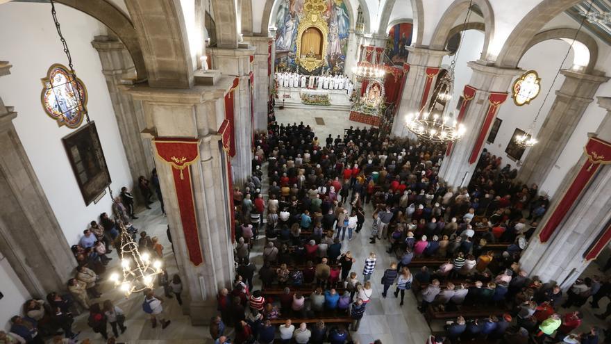 Vista del interior de la basílica de Candelaria durante la celebración religiosa