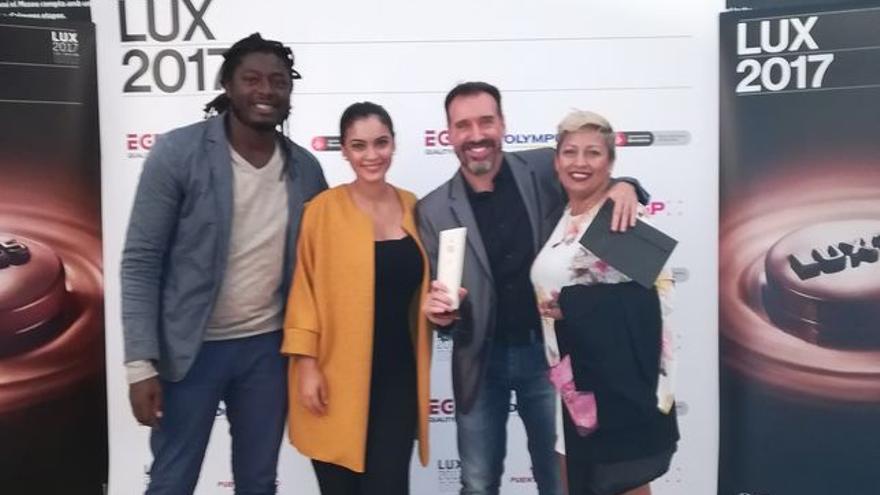 Emilio Barrionuevo en la ceremonia de los Premio Lux junto a unos amigos.