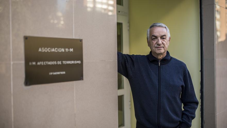 Eulogio Paz en la puerta de la sede de la Asociación 11-M, que preside. / Olmo Calvo