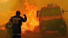 Efectivos de bomberos trabajan en las tareas de extinción del incendio forestal de Gátova, en la sierra Calderona