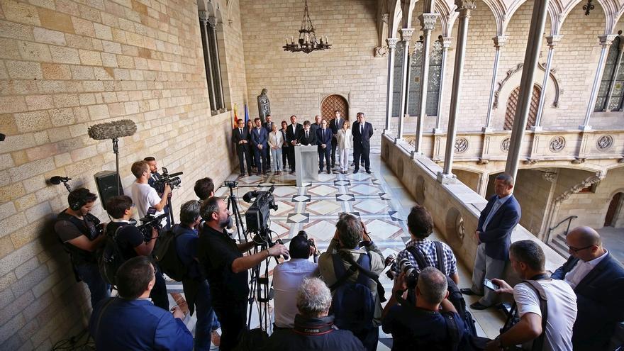 Los concentrados ante la Generalitat aplauden a los consellers al grito de 'Votaremos'