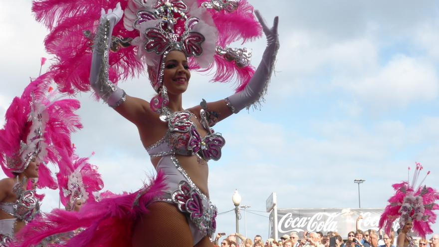 Componente de una comparsa durante el Coso del Carnaval de este año de Santa Cruz de Tenerife / R.Cárdenes