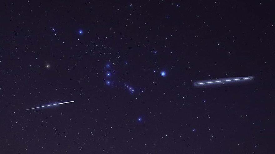 Imagen de la Estación Espacial Internacional  (estelas)  a su paso por la constelación de Orión capada en el viernes desde el Centro de Visitantes de La Caldera, en El Paso.