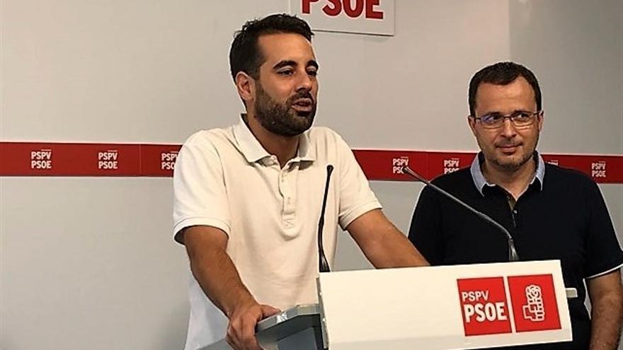 El secretario de Organización del PSPV, José Muñoz, junto al diputado alicantino Julián López