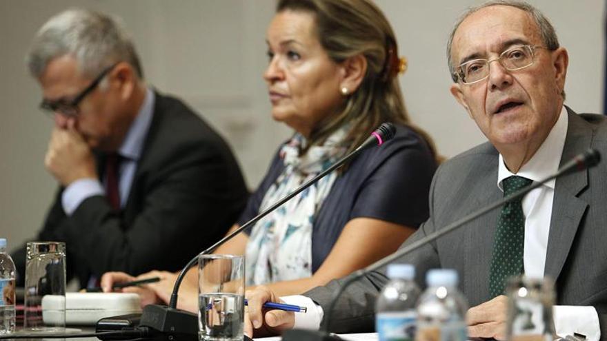 El fiscal jefe del Tribunal Superior de Justicia de Canarias, Vicente Garrido (d), acompañado de los fiscales jefe provinciales de Las Palmas de Gran Canaria, Guillermo García-Panasco, y de Santa cruz de Tenerife, Carmen Almendral. Efe.