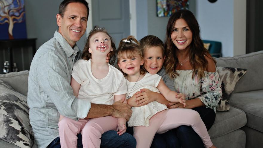 Natalie Weaver con su marido y sus tres hijos