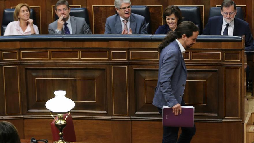 Pablo Iglesias pasa frente a Mariano Rajoy antes de arrancar su discurso en la moción de censura.