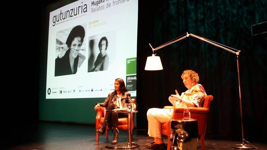 Lydia Cacho en conversación con Lucía Martínez Odriozola en el festival internacional de las letras Gutun Zuria en Bilbao. / Por Ecuador Etxea