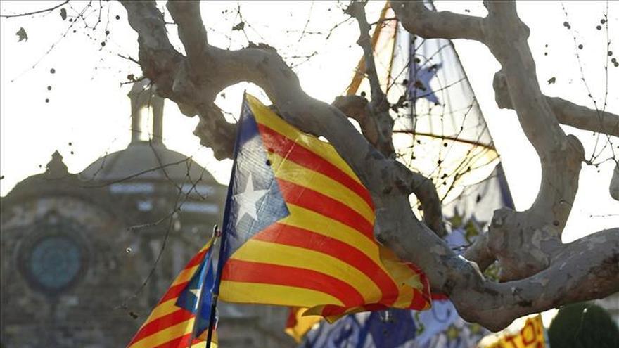 Cruce de proclamas de manifestantes pro y contra de la independencia ante el Parlament