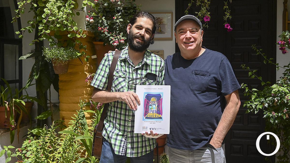 Rafa Avalos y Ricardo González con el libro del centenario del Concurso de Patios