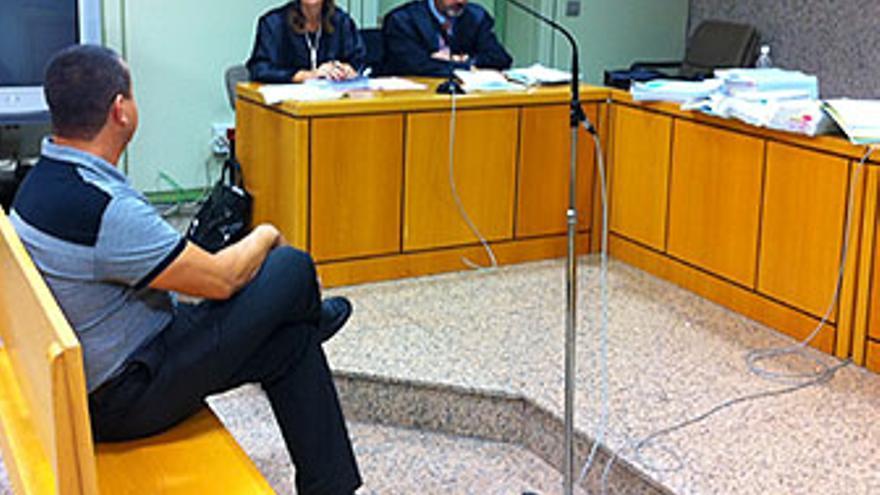 Miguel Ángel del Rosario, en la Sala de Vistas. El acusado entra a Granadera acompañado por dos de sus testigos, el inspector Vargas y el ex policía Alexis Martín. (A.G.)