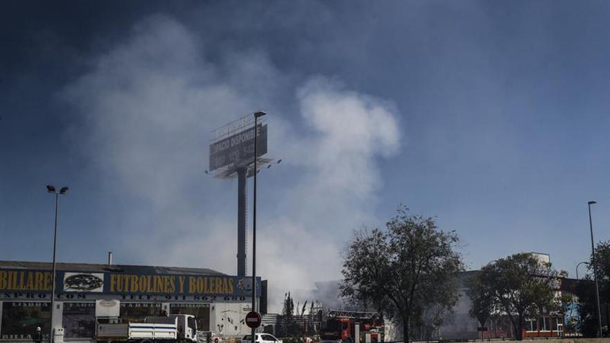 Continúan las labores de extinción del incendio que generó la nube tóxica