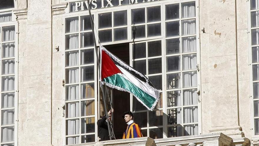 El presidente palestino regala una piedra del Gólgota al papa tras su reunión