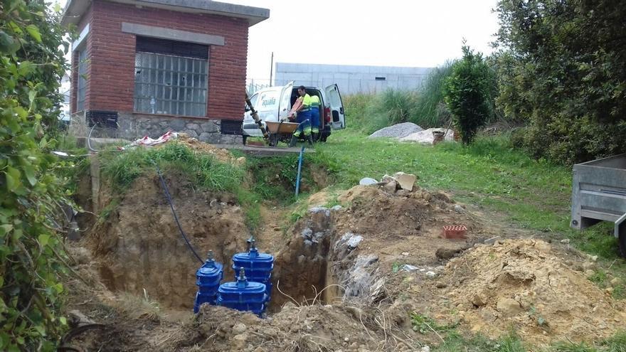 Operarios trabajando en la conexión de agua.
