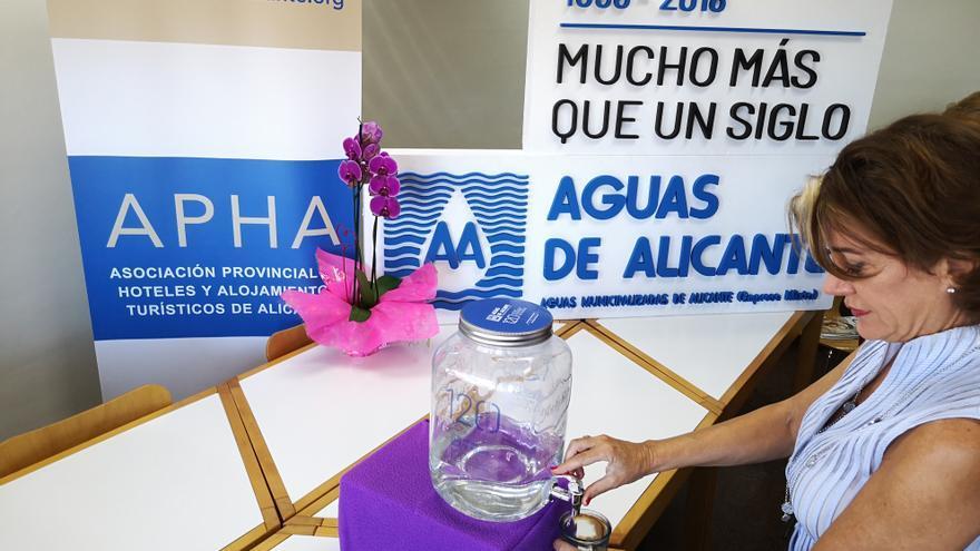Uno de los dispensadores de agua instalados en los hoteles de Alicante