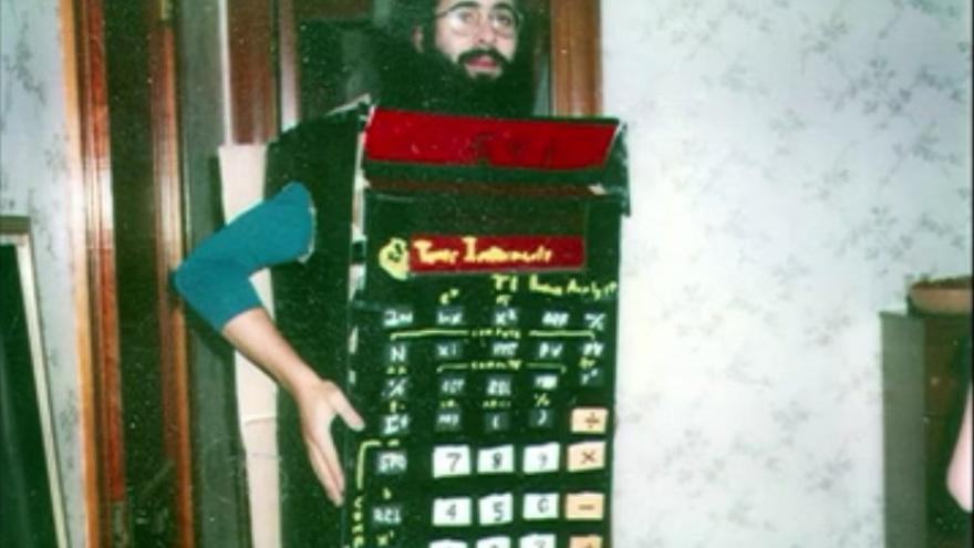 Dan Bricklin disfrazado de calculadora (Imagen: TED | YouTube)
