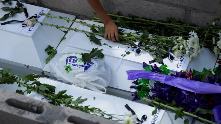 Familia asesinada en la Guerra de El Salvador recibe sepultura 37 años después