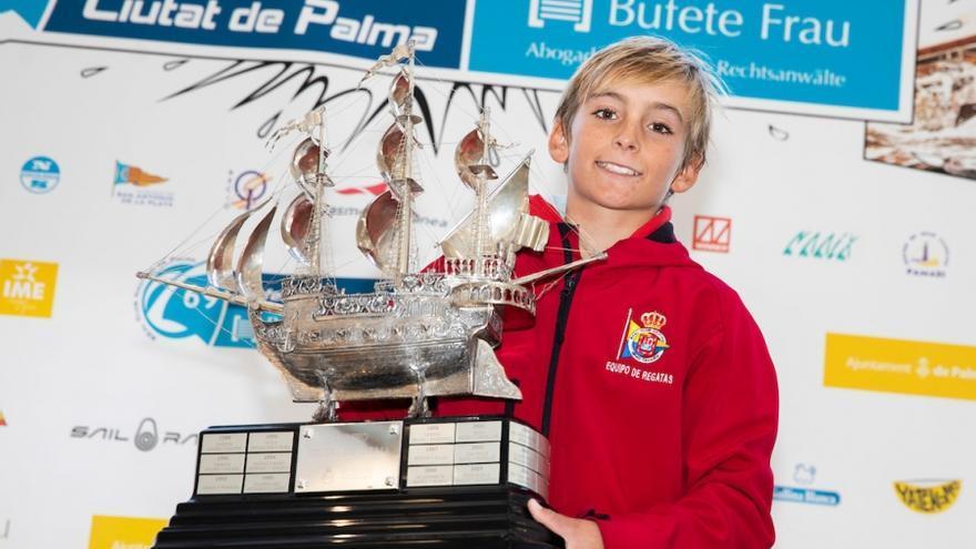 Jaime Ayarza con su trofeo de ganador en Mallorca.