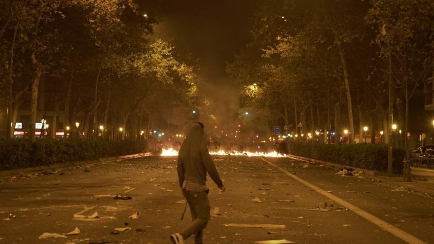 Un joven durante la noche de disturbios en Barcelona