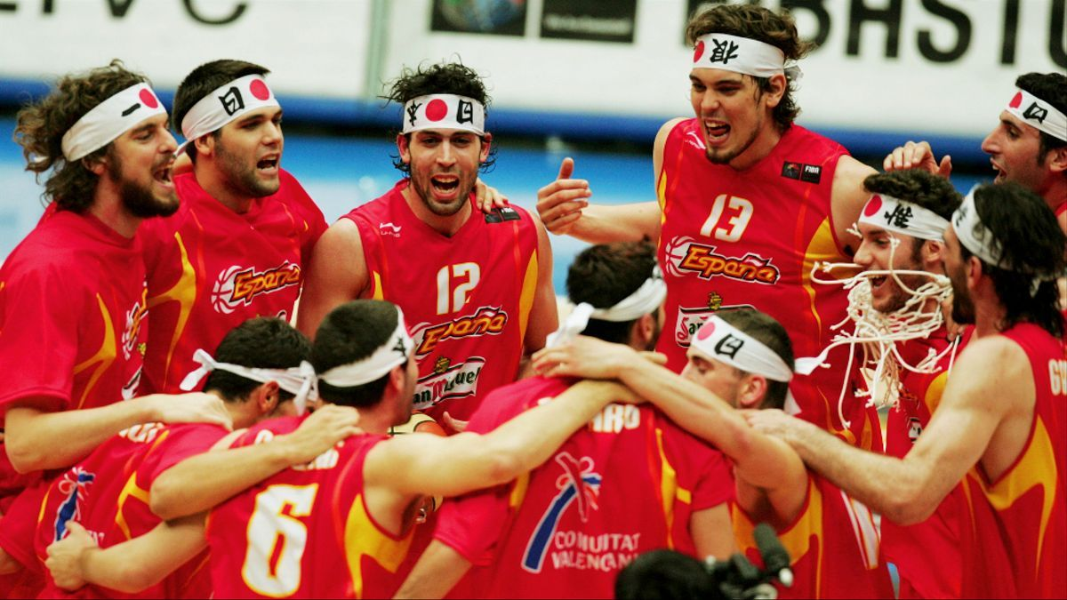 La selección española de baloncesto, celebrando el Oro en Japón 2006