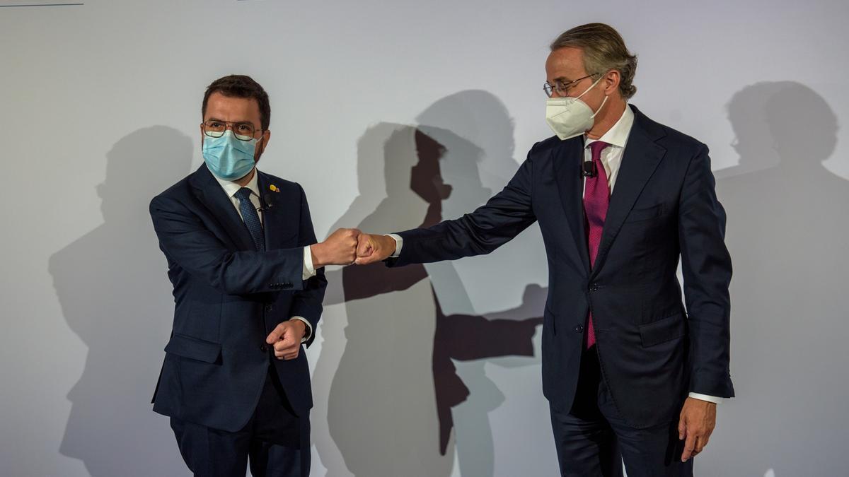 El president Aragonès y Javier Faus se saludan en la primera jornada de la reunión del Cercle d'Economia