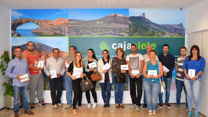 En la imagen, los ganadores de los iPad mini de Cajasiete.