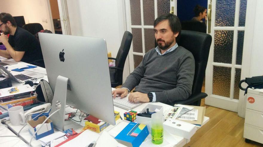 Ignacio Escolar, mientras responde las preguntas de los lectores //FOTO: eldiario.es